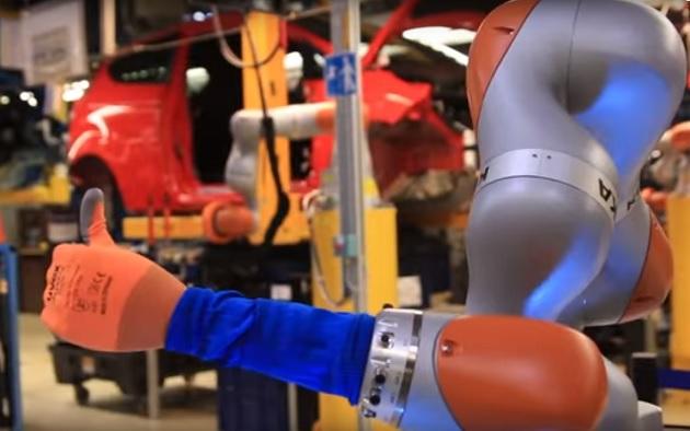 【ビデオ】クルマを作れてコーヒーも買える、フォードの工場で働く新型作業ロボット