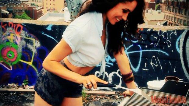 Meghan cucina hamburger e ammicca alla telecamera. Lo spot di Men's Health imbarazza