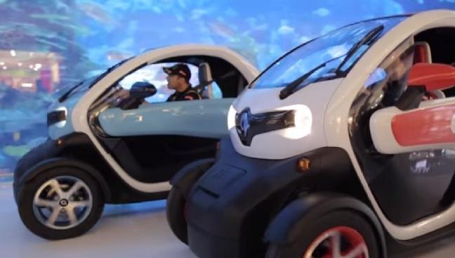 【ビデオ】ロータスF1のドライバーが、ルノーの小型EVでショッピングモール内を疾走!