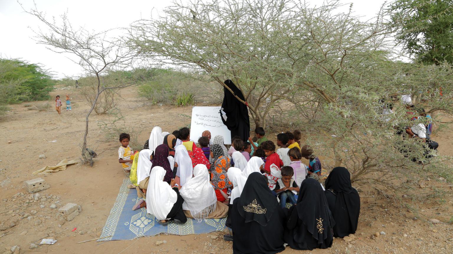 Le samedi 11 novembre 2017 : Les écoles étant détruites, le personnel enseignant au Yémen travaille avec...