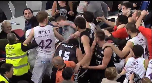 バスケの試合で大男20人がハード...