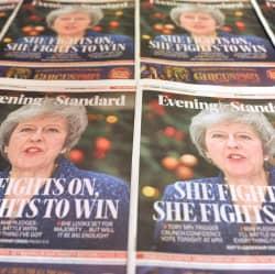 May sobrevive a la moción de confianza de sus compañeros del Partido