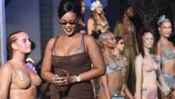 📷 ¡<a href=http://www.Rihanna.cm>Rihanna</a> lo vuelve a hacer! Así se puso su desfile en