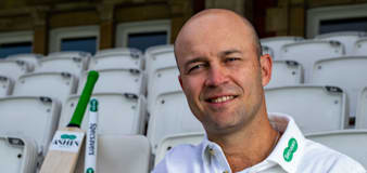 Jonathan Trott warns England not to get 'too desperate' against India spinners