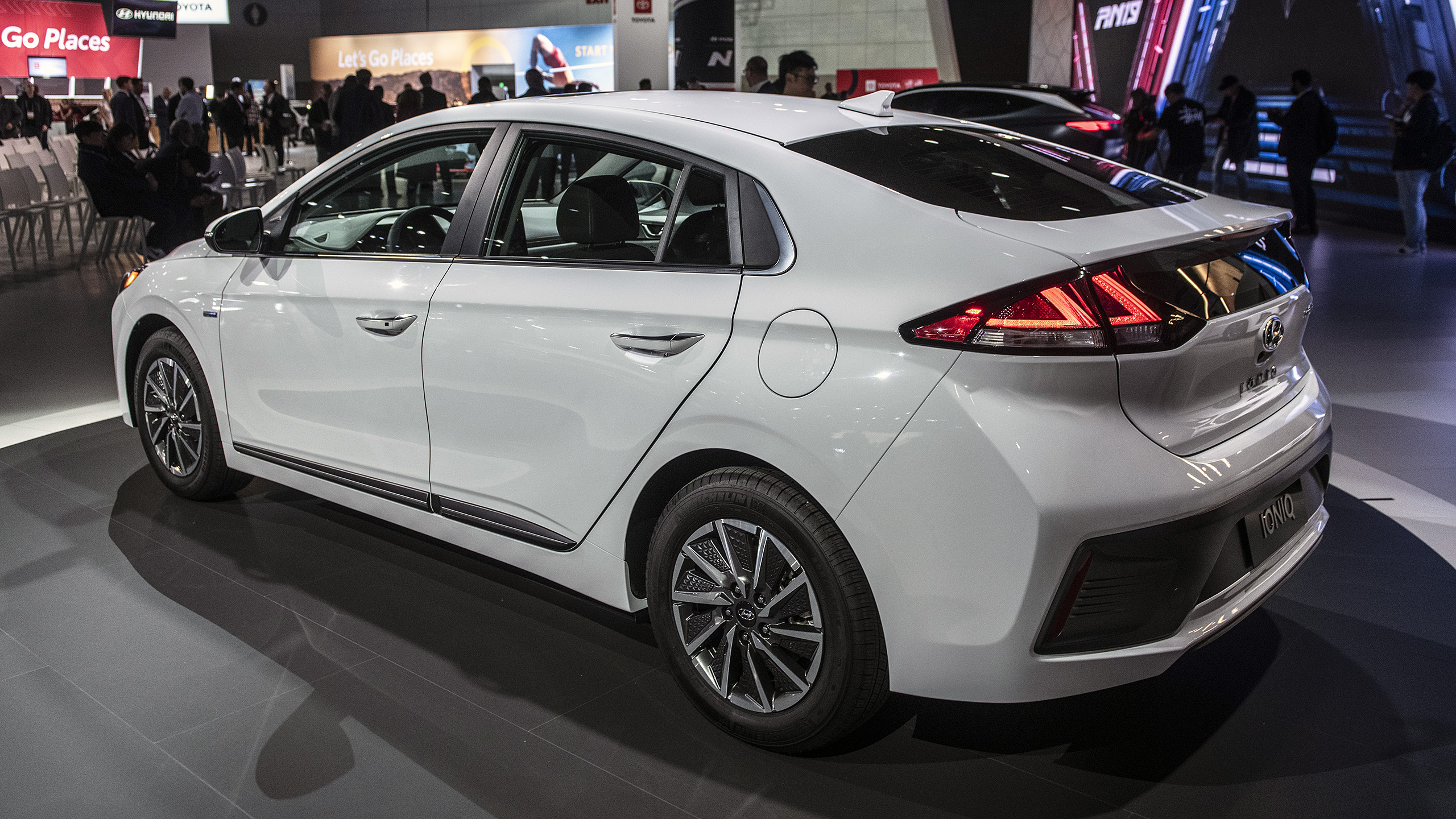 2020 hyundai ioniq debuts with new styling, more ev range